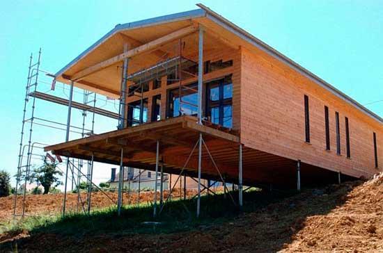 Дом-на-склоне-свайный-фундамент