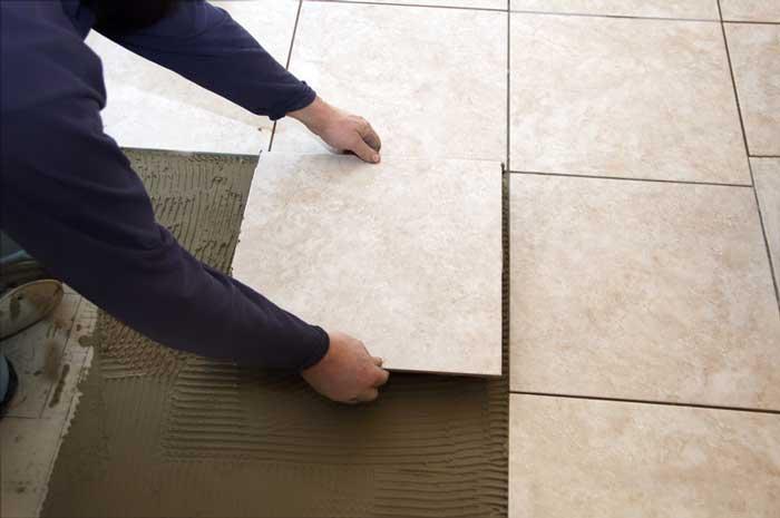 плитка-руки-смесь-цемент-правильно
