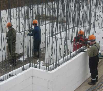 работники-стройка-пенополистирольная-опалубка