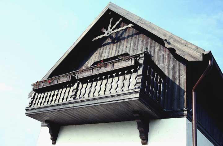 деревянный-старый-балкон