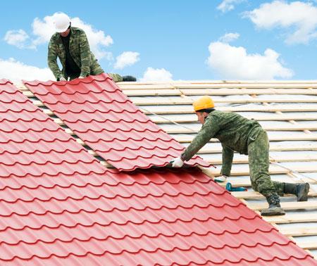 профнастил-стелить-на-крыше