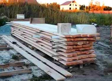 как-правильно-хранить-доски-при-строительстве-дома