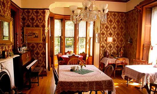 Гостинная дома в викторианском стиле