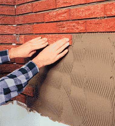 Клеем клинкерную плитку к стене