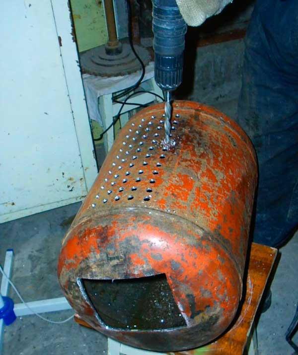 Сверлим вентиляцию мини буржуйки