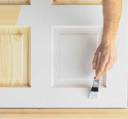 Покраска белой краской внутри каркасного дома