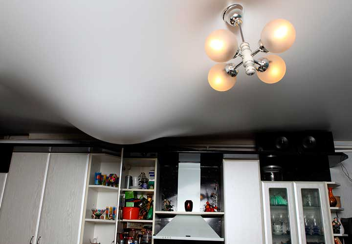 Провисание потолка в доме