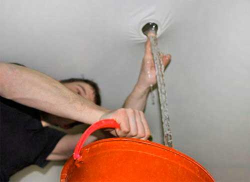 Протыкания потолка для выливания воды