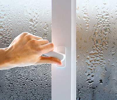 Удаляем конденсат на окнах
