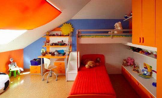 Яркая красочная детская комната в доме