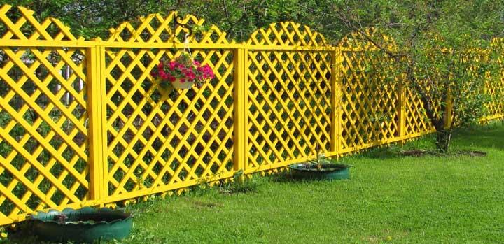 Красивый решетчатый забор во дворе