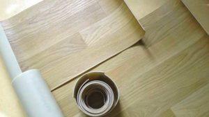 Плюсы в укладке линолеума на деревянный пол