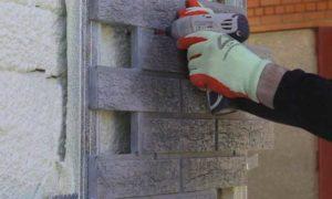Монтаж первой фасадной панели