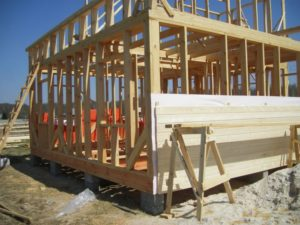 Возведение стен при строительстве каркасного дома 6*8