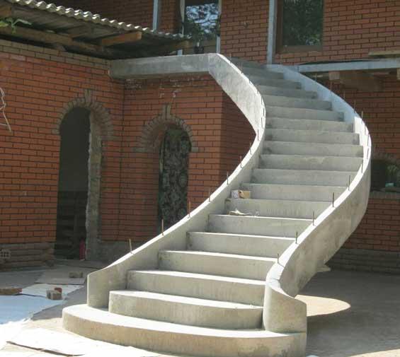 Бетонная лестница снаружи дома