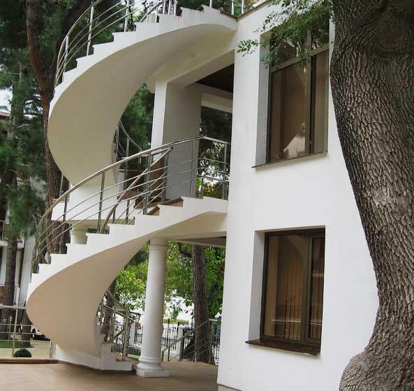 винтовая бетонная лестница снаружи дома