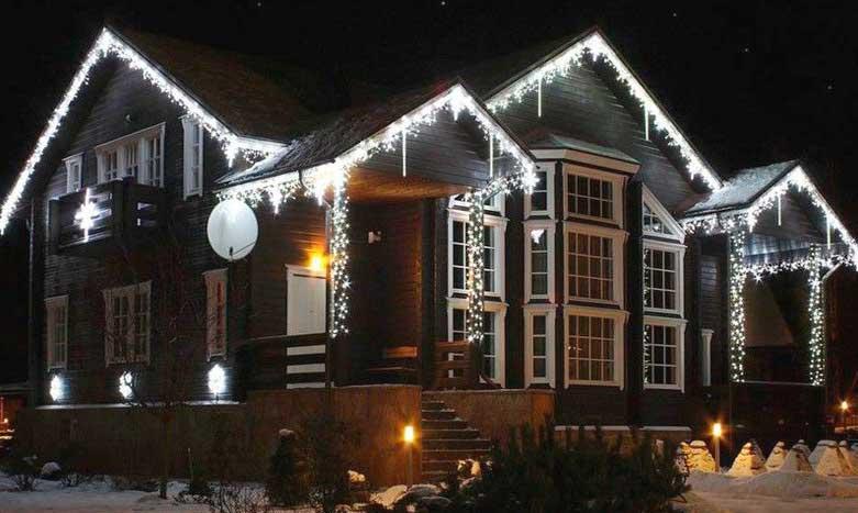 Праздничное украшение фасада дома