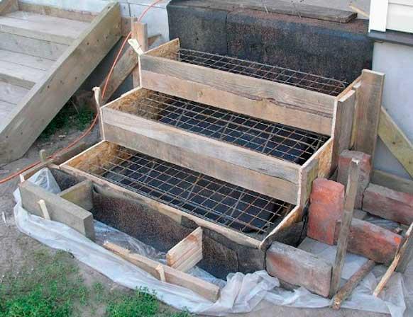 опалубка и армирование бетонного крыльца