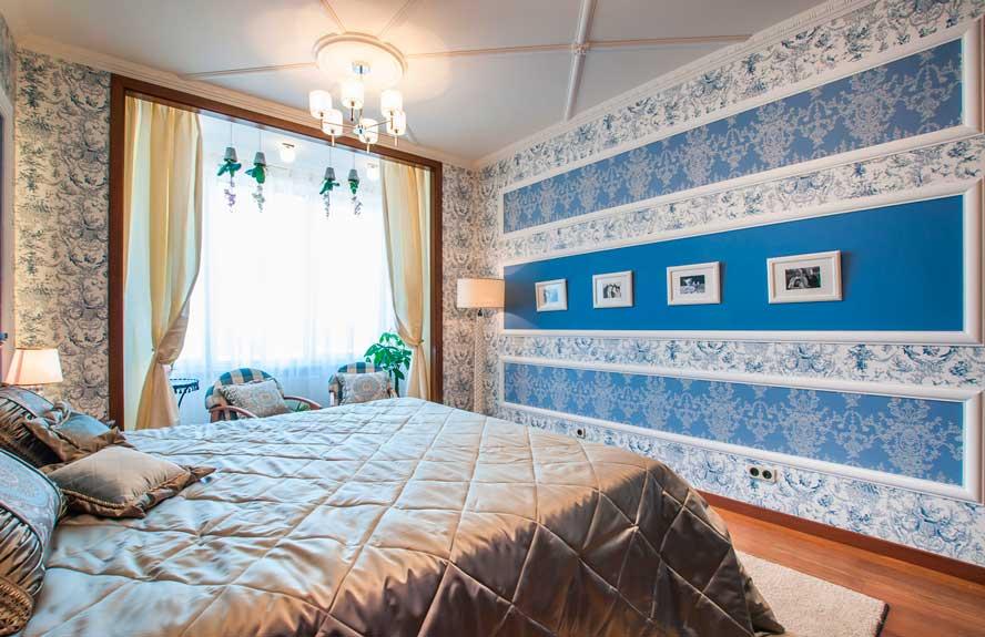 Сочетание двух видов обоев в спальне