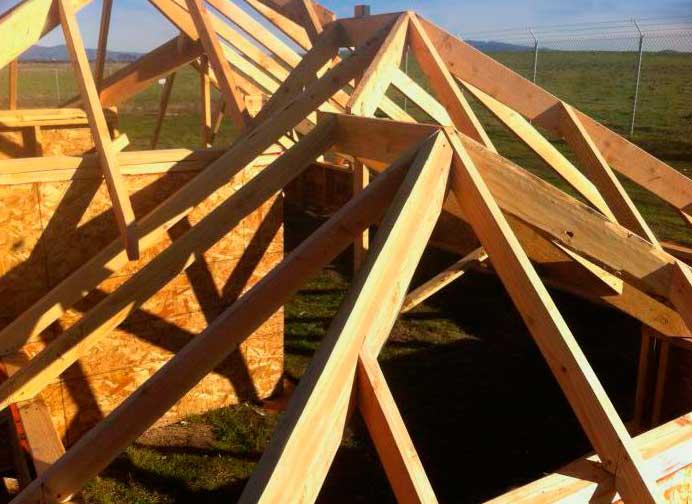 строительство стропильной конструкции трехскатной крыши