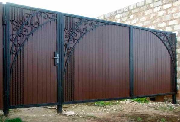 Установка и монтаж распашных ворот с забиванием металлических столбов