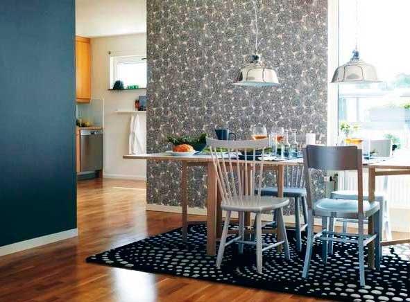 Комбинирование обоев двух цветов на кухне