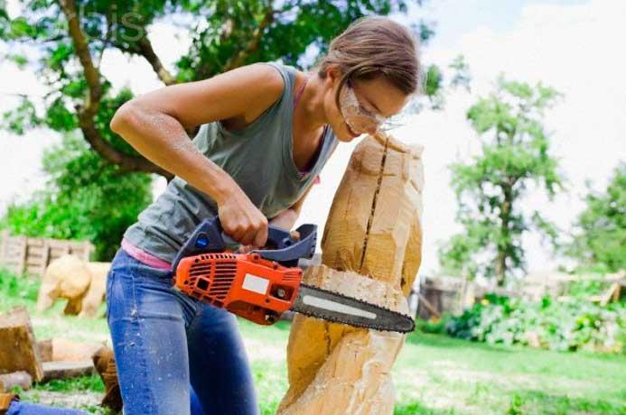 работа по дереву с бензопилой