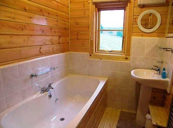 Как отделать плиткой ванную в деревянном доме своими руками?