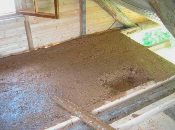 Утепление потолка опилками с глиной
