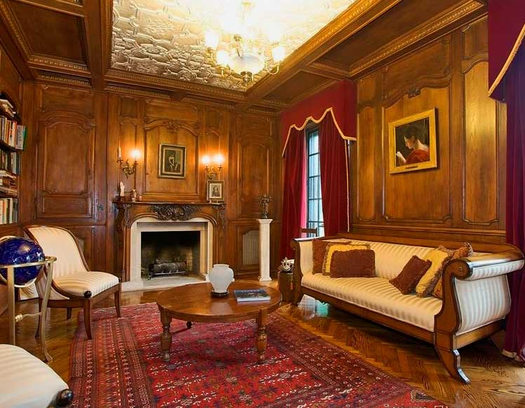 Гостиная в викторианском стиле с отделкой стен темным деревом