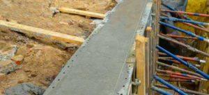 Заливка арматуры бетоном в ленточном фундаменте