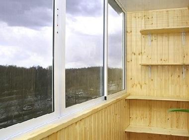 балкон обшит вагонкой и деревянные полки