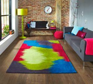 Разноцветный ковер в интерьере комнаты