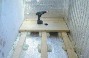 Укладка деревянных лагов на гидроизолированный пол лоджии