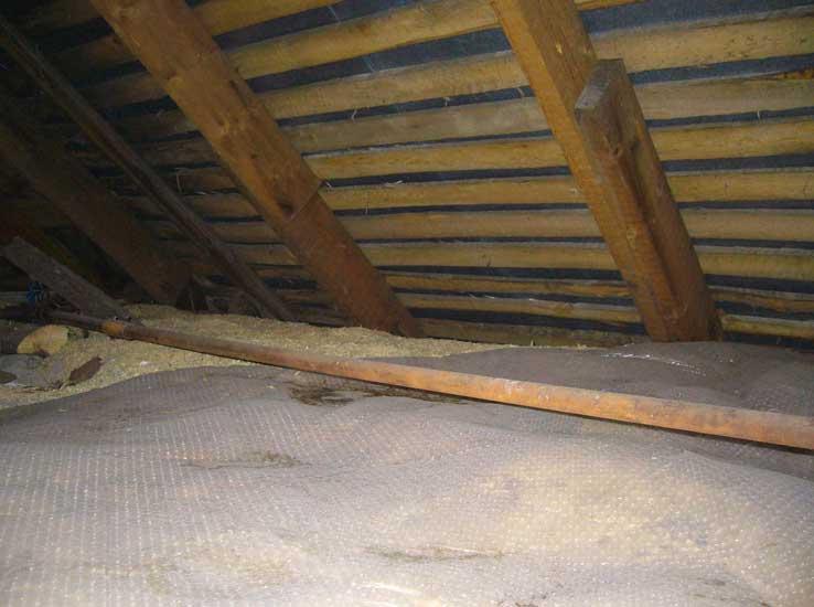 утепление потолка опилками.