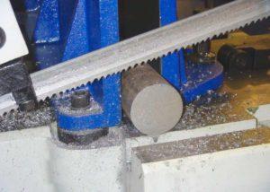 Процесс распила металлической арматуры