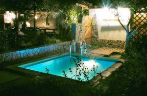Освещение бассейна в загородном доме