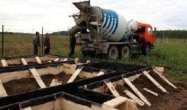 Бетоновоз заливает цемент