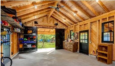 Большой деревянный гараж изнутри