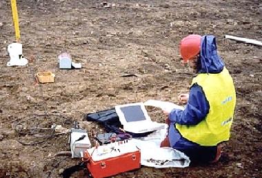 Исследователь анализирует почву