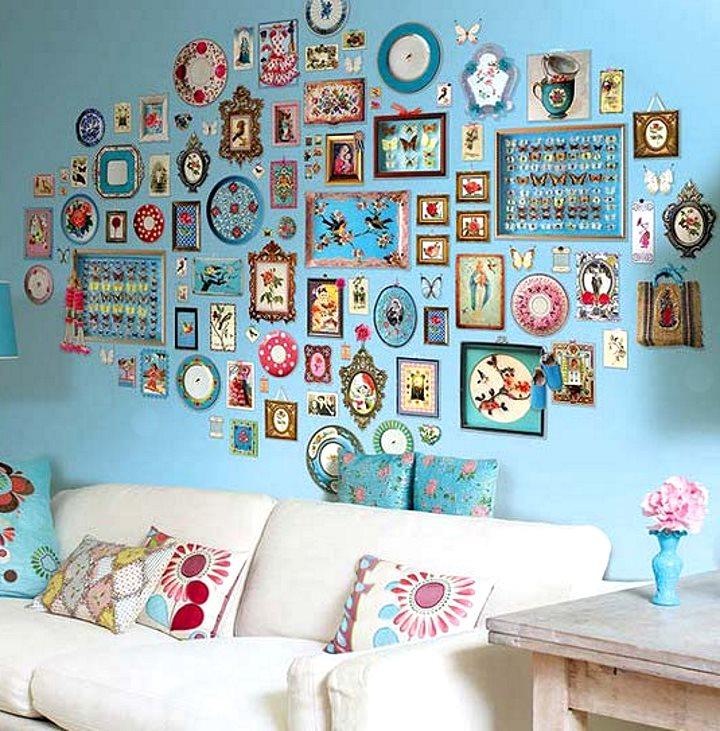 Интерьер украшен цветными рамочками на стене