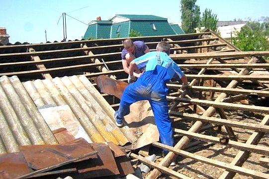 Снять старый шифер с крыши