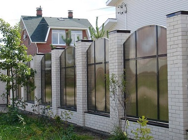 Забор кирпич стекло от шума