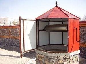 Красный закрытый домик для колодца