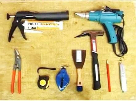 На подложке из доски лежат инструменты
