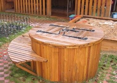 Деревянный круглый колодец со скамейкой вокруг