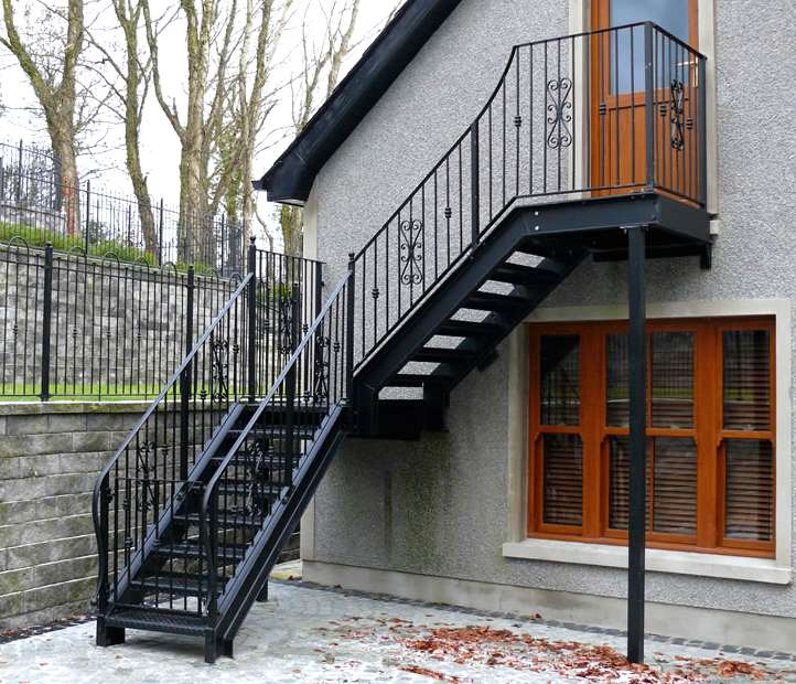 Кованная лестница на мансардный этаж