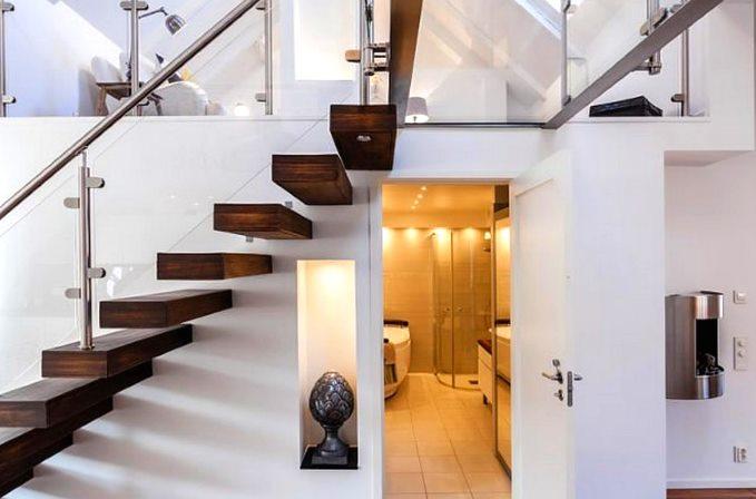 Лестница_прозрачная конструкция с деревянными ступенями