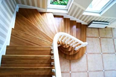 Лестница с белыми поручнями и деревянными ступенями