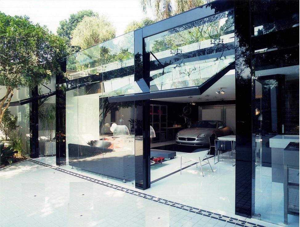 Машина в стеклянном жилом доме